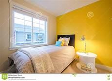da letto gialla da letto gialla moderna fotografia stock immagine