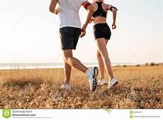 uomini che fanno sport giovane uomo e donna di forma fisica che fanno sport