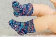 stricken babysocken knit newborn baby socks free knitting pattern