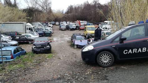 Vicino Al Letto by Discarica Abusiva Con Oltre 100 Auto Accatastate Vicino Al
