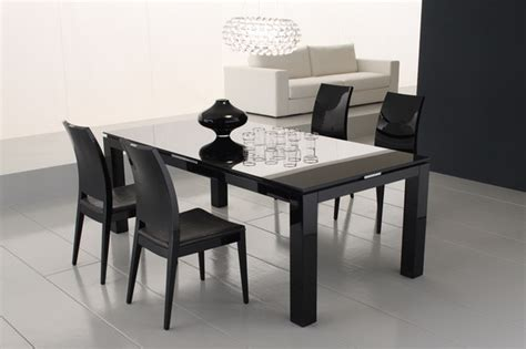Simple and comfortable dining set of minimalist dining room design