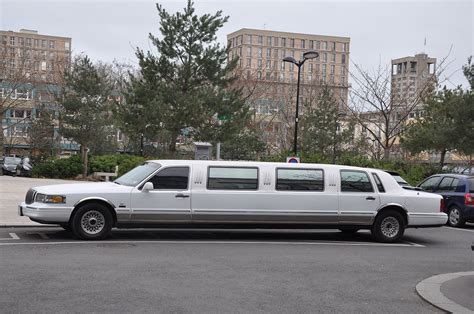 Stretch Limousine Car by Lincoln Town Car Stretch Limousine
