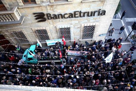 banca etruria lucca banca etruria i toscani protestano davanti a bankitalia