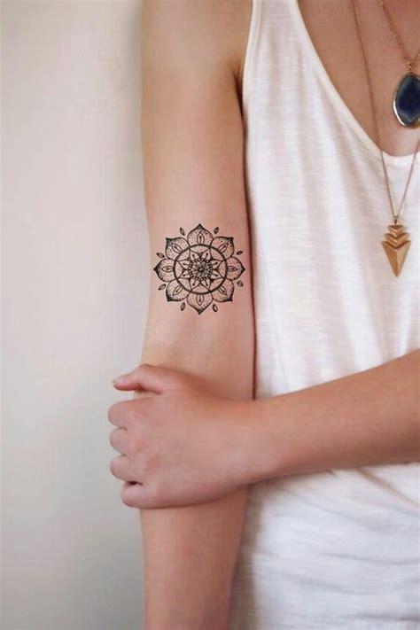 henna tattoo auf dem arm arm frau henna makedes