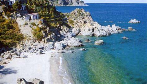 spiaggia caminia calabria la spiaggia di caminia di stalett 236 un tesoro tra grotte