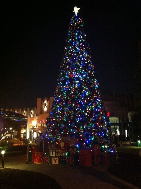 downtown disney christmas tree by brightsakura on deviantart