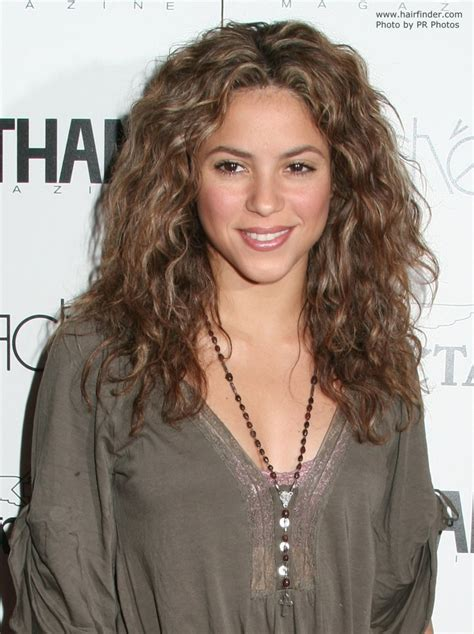 what color is shakira s hair 2015 shakira wearing her hair long with waves and spiral curls