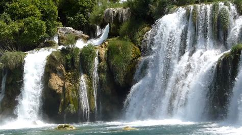 imagenes fuentes naturales de agua 8786 agua cae entre las rocas a un r 237 o raw paisajes