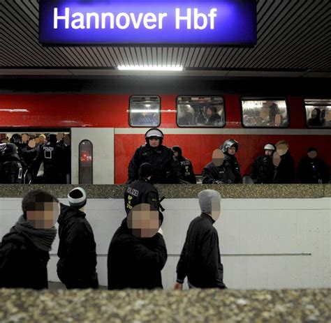 Aufkleber Ultras Hannover by Fu 223 Ballfans Quot B 252 Rgerkriegs 228 Hnliche Zust 228 Nde Quot In Der Bahn