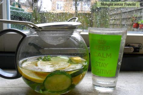 due litri di acqua quanti bicchieri sono bevanda depurativa limone cetriolo menta mangia senza pancia