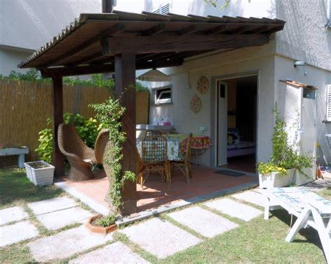 casa con veranda casa con bel giardino recintato veranda ed ingresso