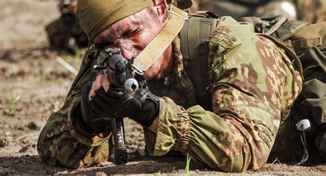 imagenes de soldados realistas militares rusos muestran sus destrezas a observadores