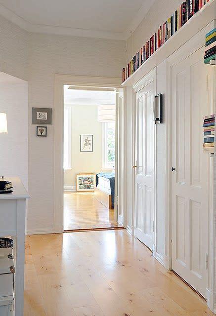 mensole lunghe libri lo spazio si trova ovunque anche sopra le porte