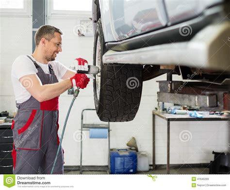 autowerkstatt preise soldat in der autowerkstatt stockfoto bild 41645269