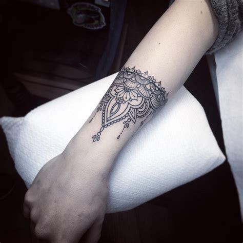tatuaggio fiore polso tatuaggi sul polso disegno fiore tatuaggi polso