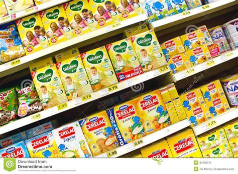 alimenti per bambini alimenti per bambini al supermercato fotografia editoriale
