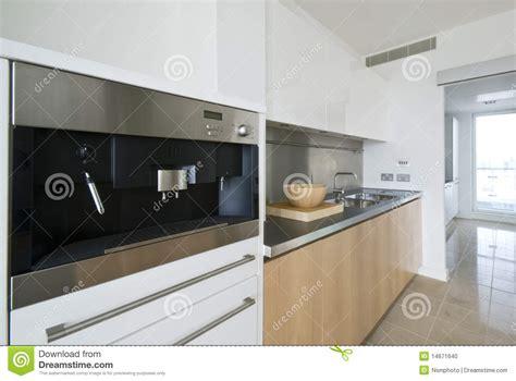 moderne kaffeemaschine zeitgen 246 ssische k 252 che mit aufgebaut in der kaffeemaschine