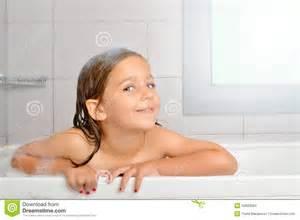 nackt badewanne m 228 dchen in einer badewanne stockfoto bild 53829584
