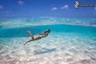 schwimmbad mit sand und palmen azurblaues meer