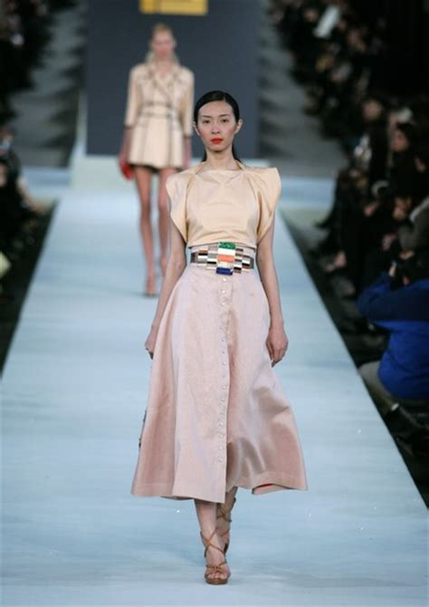 Fendi Catwalk Show In Great Wall Of China by Fendi Great Wall Of China Fashion Show Runway Zimbio