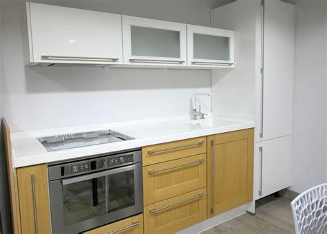 encimera cocina cocina de dise 241 o con frente en blanco y roble y encimera