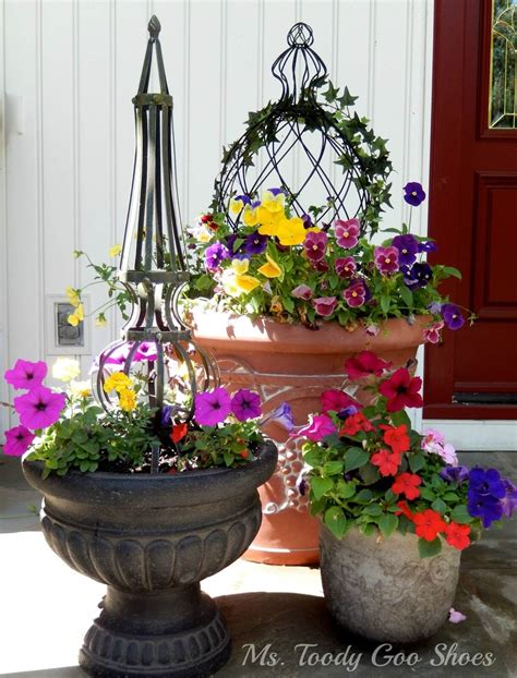 29 pretty front door flower pots that will add personality