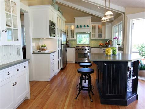 Hgtv Kitchens With White Cabinets Traditional Kitchen With Vaulted Ceiling And White Cabinets Hgtv