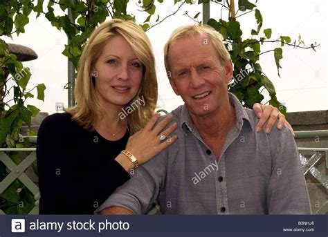 linda kozlowski paul hogan wife australian actor paul hogan july 2001 with wife linda