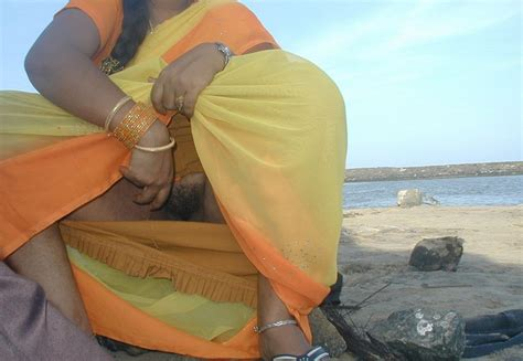 Indian Pussies aunty Lifts saree Shows Hairy Pussy