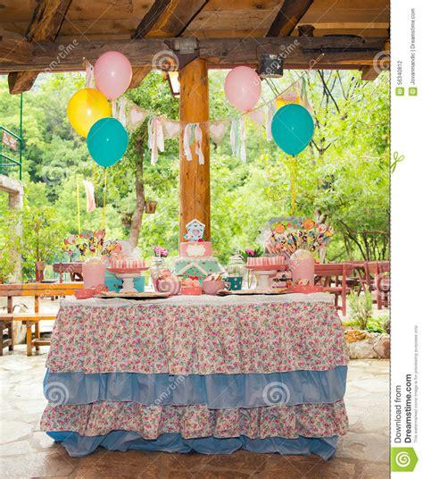 tavola per compleanno tavola di compleanno con i dolci per il partito dei