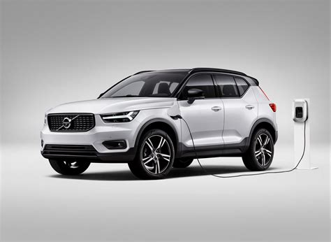 volvo debuts plug  hybrid version  super stylish xc