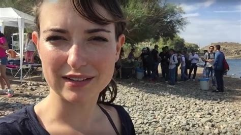 girl in glasses commercial actress milana vayntrub helping syrian refugees meem