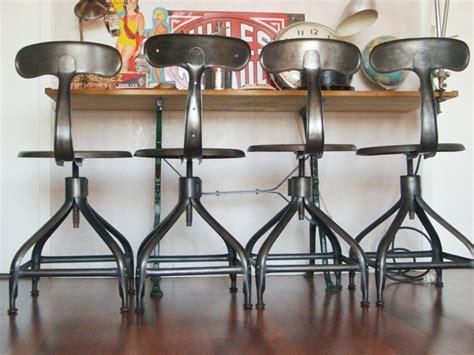 chaise et tabouret au style industriel