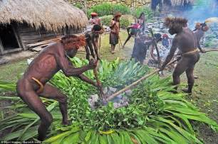 Batu Bakar Granito Uk 20x30 papua tribes celebrate thanksgiving with a war daily mail