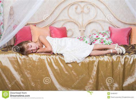 fille endormie sur un lit dans l habillement image