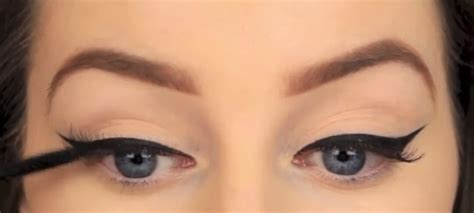 the paper mulberry cosmetics winged eyeliner eye makeup how to draw the perfect winged eyeliner