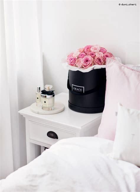 nachttisch skandinavisch schlafzimmer inspo granatapfel drink duni cheri