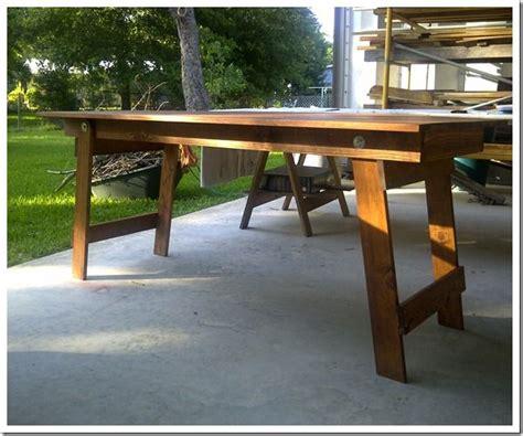 sturdy folding table  doesnt    folding