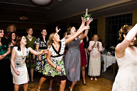 wedding bouquet toss 17 lol worthy bridal bouquet toss wedding photos for your