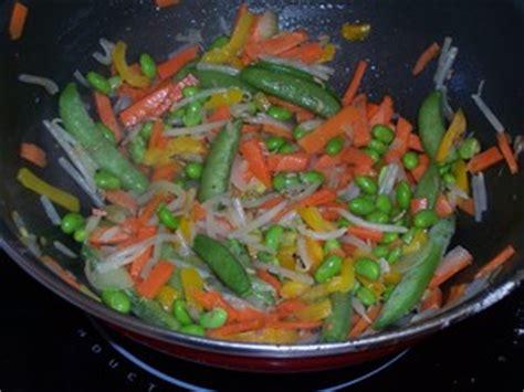 cuisiner au wok 駘ectrique poulet et petits l 233 gumes au wok recette iterroir