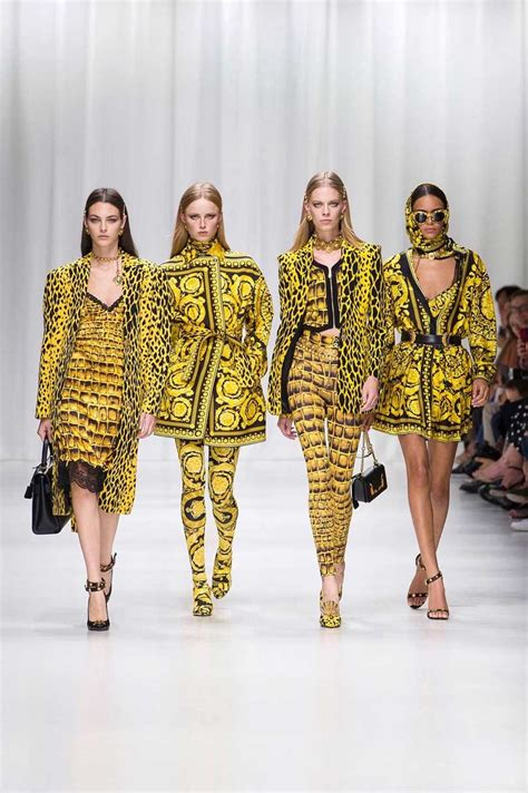 Fashion News Weekly Up Ebelle5 2 by Mfw Versace Pays Tribute To Gianni Versace