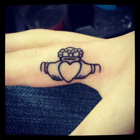 small claddagh tattoo best 25 claddagh ideas on