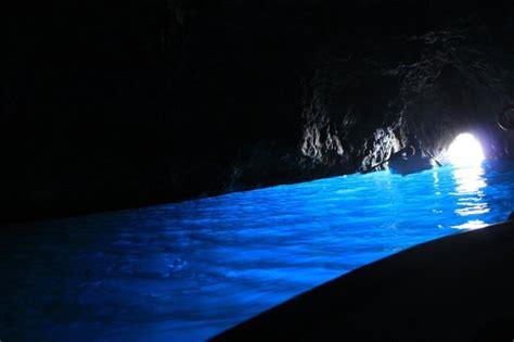 gruta azul italiajpg もうすぐ乗船 一面船で一杯です foto de blue grotto anacapri tripadvisor