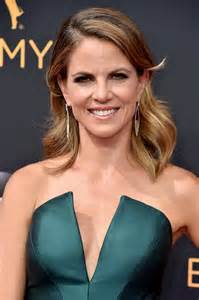how does natalie morales style hair natalie morales medium wavy cut newest looks stylebistro