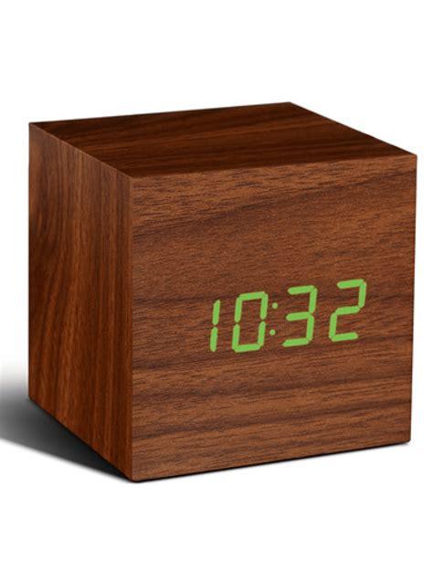 Pop1425 Lucida Kubus click clock cube walnoot met groene led clockers nl