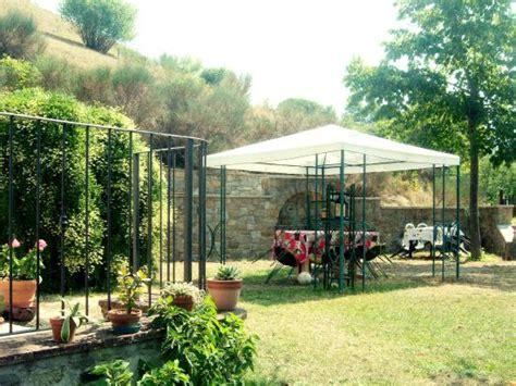 gazebo a muro giardino interno con gazebo e muro attrezzato per