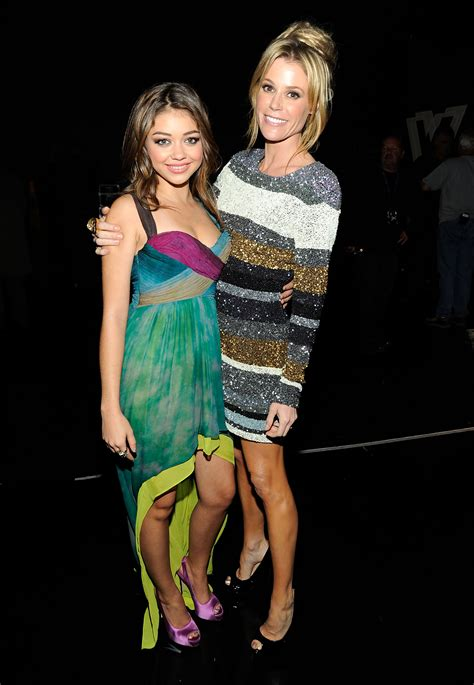 sarah hyland takes out her sarah hyland and her modern family mom julie bowen look