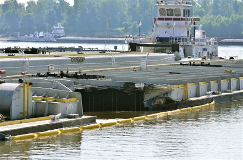 boat crash mississippi river boat crash causes 120 000 gallons of oil to spill into the
