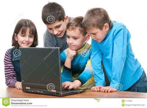 imagenes niños usando computadoras cuatro ni 241 os que estudian usando una computadora port 225 til