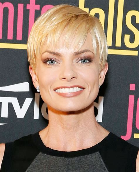 jaime pressly s chic short bob with the sides tucked back jamie presley pixie jaime pressly pixies and short crops